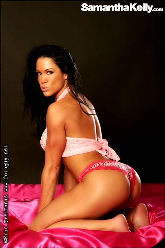 Fitness model Samantha Kelly pretty in pink