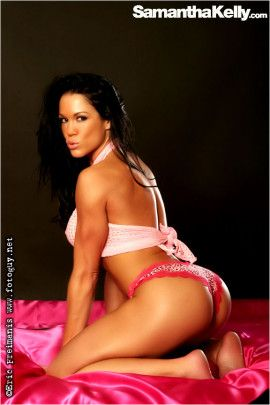 Fitness model Samantha Kelly pretty in pink